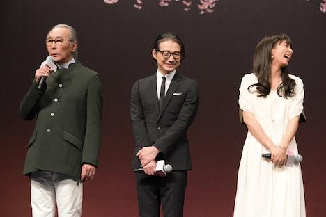 左から撮影の木村大作、キャストの吉岡秀隆、木村文乃。