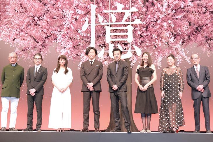 「追憶」完成披露舞台挨拶の様子。左から撮影の木村大作、キャストの吉岡秀隆、木村文乃、柄本佑、小栗旬、長澤まさみ、安藤サクラ、監督の降旗康男。