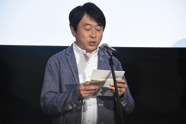 手紙を読む古澤健。