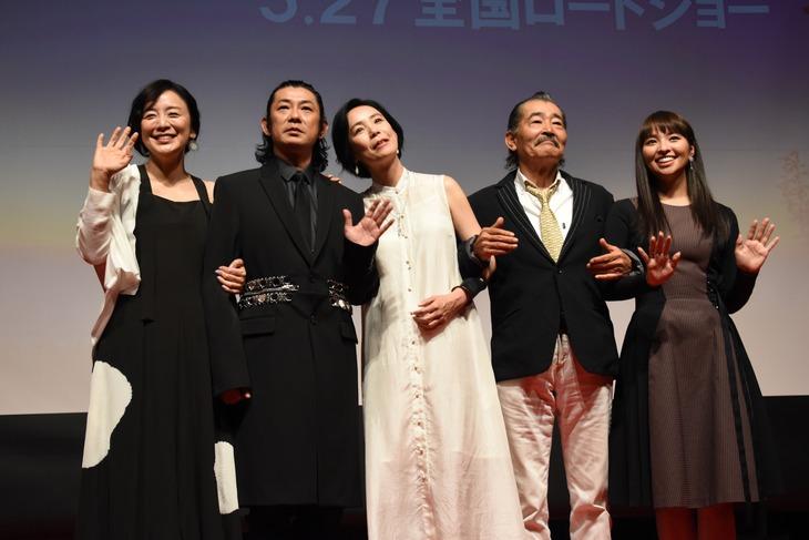 「光」完成披露舞台挨拶の様子。左から神野三鈴、永瀬正敏、河瀬直美、藤竜也、水崎綾女。