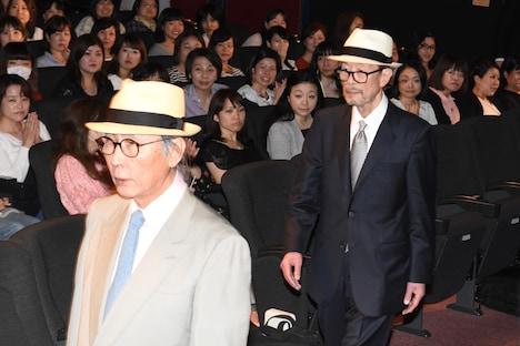 キャストにプレゼントされた帽子を被って歩く木村大作(左)、降旗康男(右)。