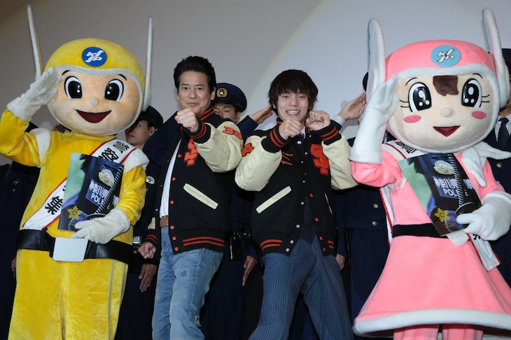 左からピーガルくん、唐沢寿明、窪田正孝、リリポちゃん。
