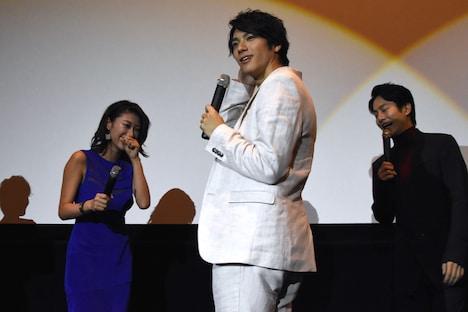 寸劇を行う山田裕貴(中)と原幹恵(左)。