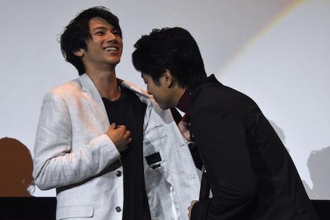 山田裕貴(左)の匂いを嗅ぐ溝端淳平(右)。