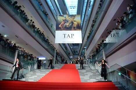 「TAP -THE LAST SHOW-」プレミアムイベントにて、タップダンサーたちによるパフォーマンスの様子。