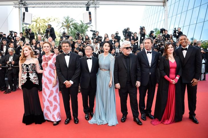 第70回カンヌ国際映画祭コンペティション部門の審査員たち。左からジェシカ・チャステイン、マーレン・アデ、ガブリエル・ヤレド、パク・チャヌク、ファン・ビンビン、ペドロ・アルモドバル、パオロ・ソレンティーノ、アニエス・ジャウィ、ウィル・スミス。(写真提供:Chen Yichen Xinhua News Agency / Newscom / ゼータ イメージ)