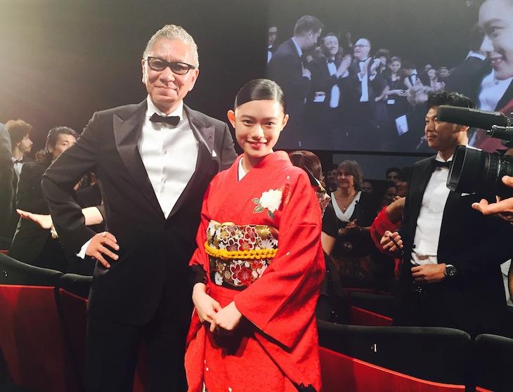 第70回カンヌ国際映画祭に、木村拓哉とともに出席した三池崇史(左)、杉咲花(右)。