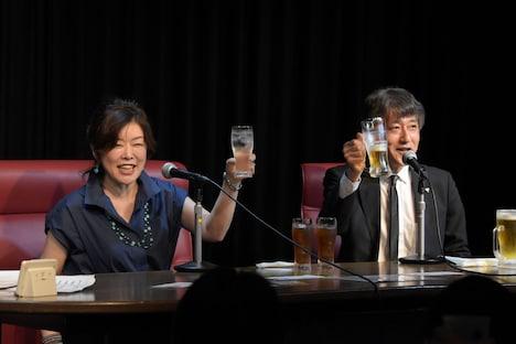 観客と乾杯する場面。左から小林靖子、白倉伸一郎。
