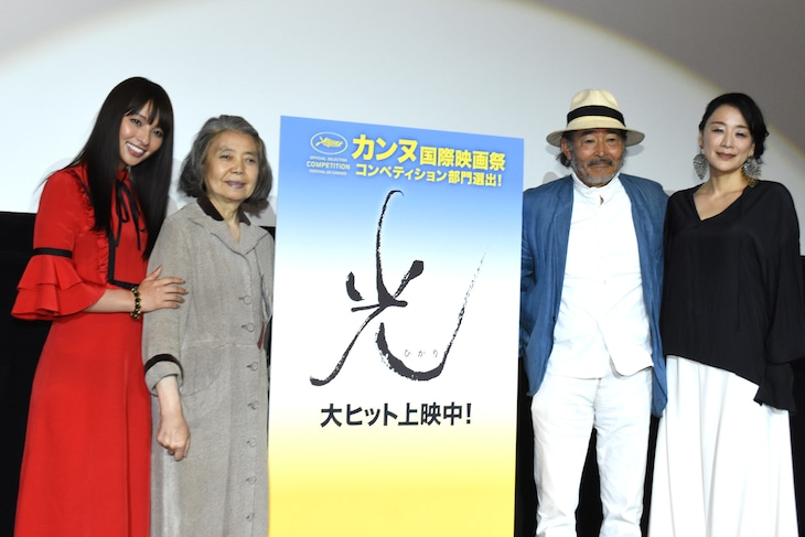 「光」初日舞台挨拶。左からキャストの水崎綾女、樹木希林、藤竜也、神野三鈴。