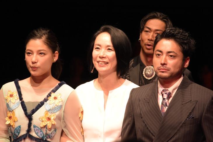 左から石井杏奈(E-girls)、河瀬直美、山田孝之。後ろはAKIRA。