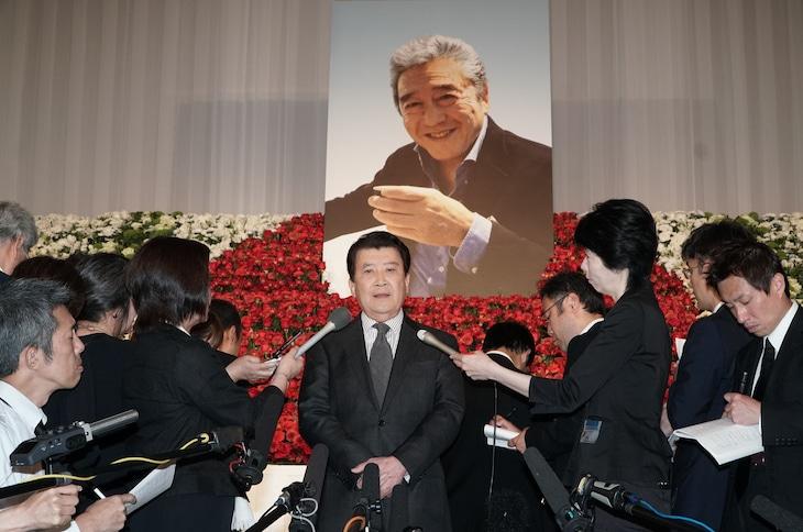 里見浩太朗(中央)(写真提供:東映)