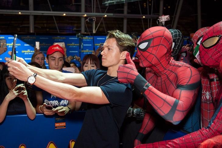 「スパイダーマン:ホームカミング」シンガポールファンイベントでスパイダーマンとともに自撮りをするトム・ホランド。