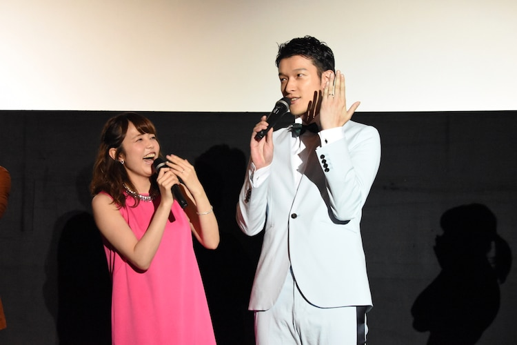 Amazonで買った結婚指輪を披露するウメコ役の菊地美香(左)とセンちゃん役の伊藤陽佑(右)。