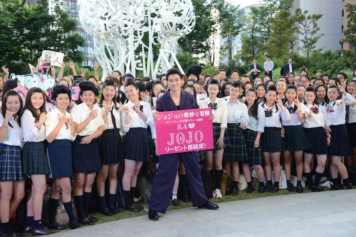 リーゼントヘアをした約300人の女子中高生に囲まれる山崎賢人(中央)。