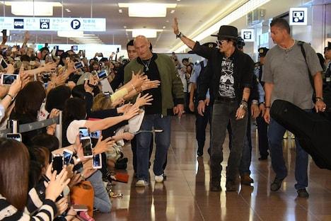 ファンに手を振るジョニー・デップ(右から2人目)。