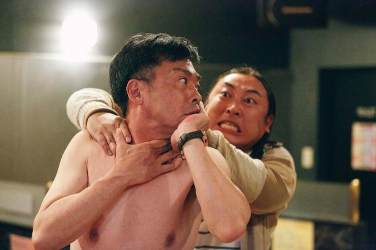 細川徹脚本・監督「違法風俗店の男」より、右が秋山竜次(ロバート)。