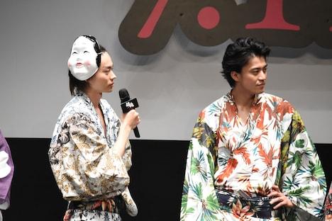 岡田将生を無表情で見つめる菅田将暉(左)と小栗旬(右)。