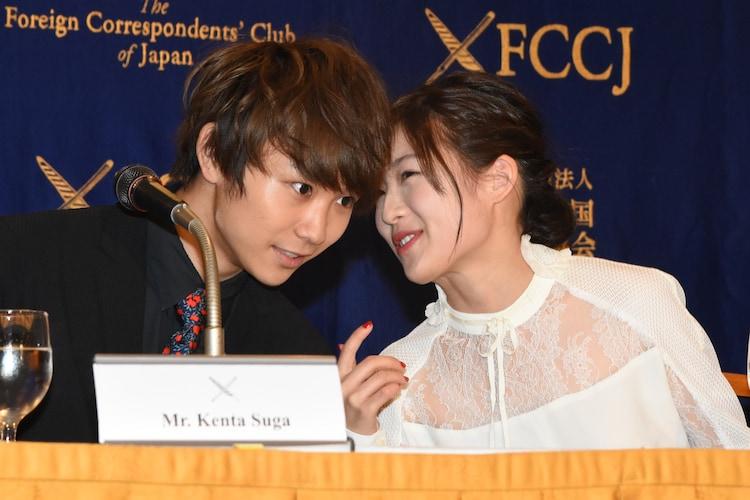 左から須賀健太、伊藤沙莉。
