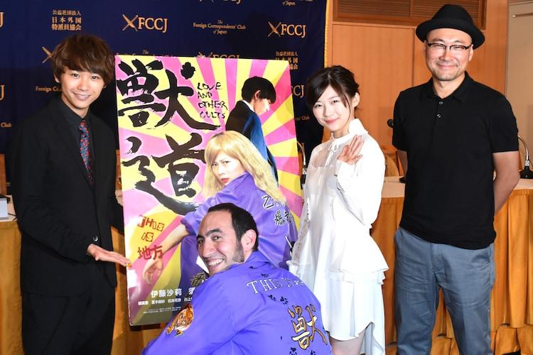 左からキャストの須賀健太、プロデューサーのアダム・トレル、伊藤沙莉、監督の内田英治。