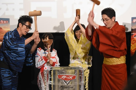 「カーズ/クロスロード」の夏休み大ヒット記念舞台挨拶より、氷樽を4人で割る様子。