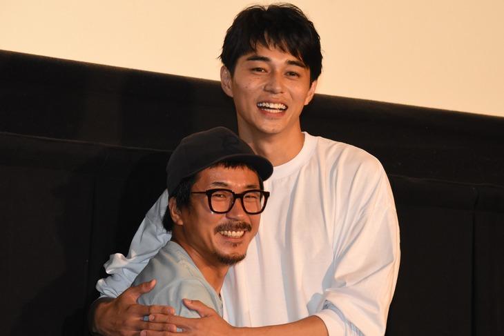ヤン・イクチュン(左)と東出昌大(右)。