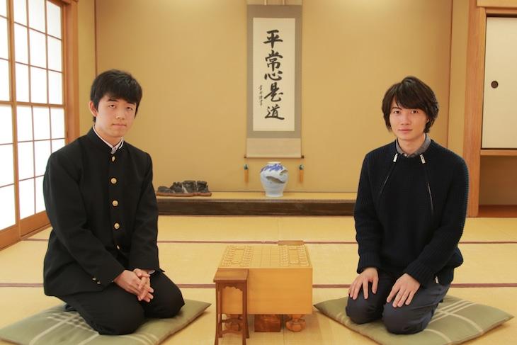 左から藤井聡太、神木隆之介。