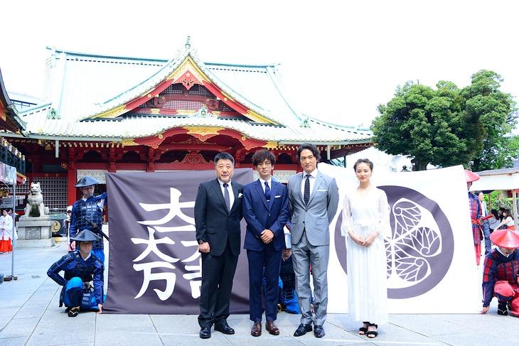 東京・神田明神で行われた「関ヶ原」大ヒット祈願イベントの様子。左から原田眞人、滝藤賢一、平岳大、中越典子。