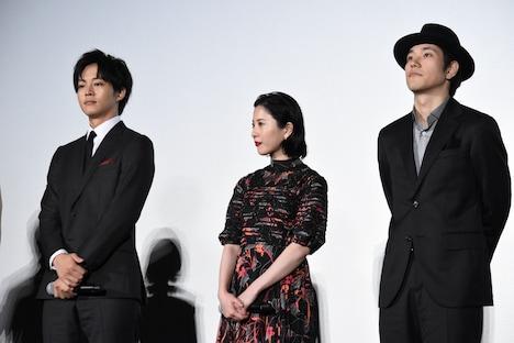 左から松坂桃李、吉高由里子、松山ケンイチ。