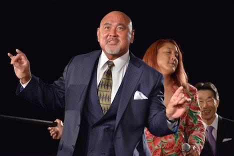 プロレスLOVEポーズを決める武藤敬司。