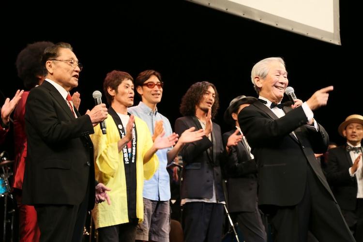前列左から伊東四朗、小松政夫。