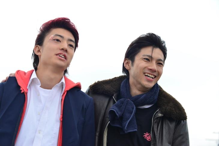 「デメキン」より、健太郎演じる正樹(左)と山田裕貴演じる厚成(右)。