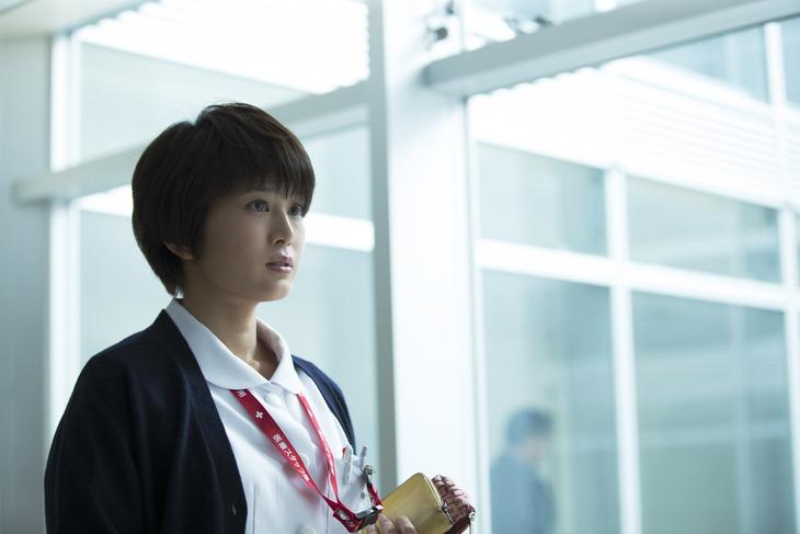 「生きる街」より、佐津川愛美演じる香苗。
