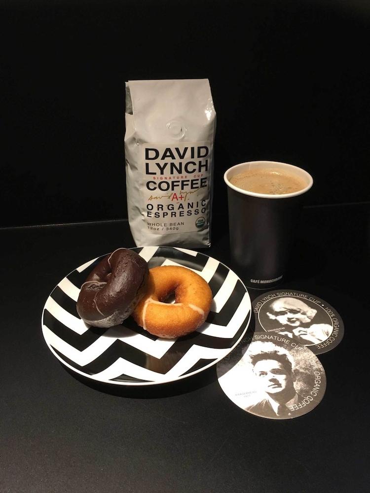 「POLICEMAN'S DREAM SET(ドーナツ2種+デヴィッド・リンチコーヒー)」のイメージ写真。
