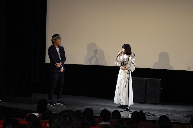 左からYuki Saito、新山詩織。