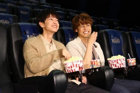 MX4Dを満喫する佐藤健(左)と宮野真守(右)。