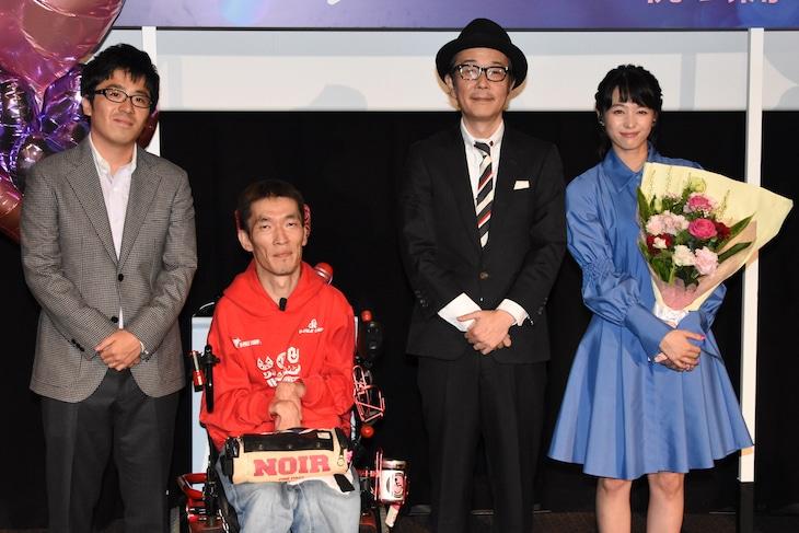 「パーフェクト・レボリューション」初日舞台挨拶の様子。左から松本准平、熊篠慶彦、リリー・フランキー、清野菜名。