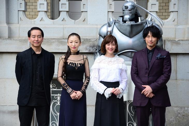 映画「鋼の錬金術師」完成報告会見の様子。左から曽利文彦、松雪泰子、本田翼、ディーン・フジオカ。奥に見えるのはアルのスタチュー。