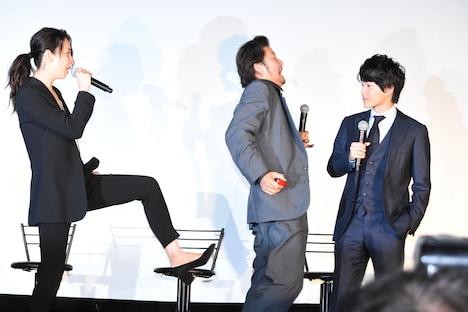 稲森いずみ(左)に蹴りを入れられた浅野忠信(中央)。