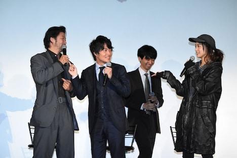 「この中で一番ゆがんでいる人は?」という質問で、山本美月(右)に指差され、驚く神木隆之介(中央左)。