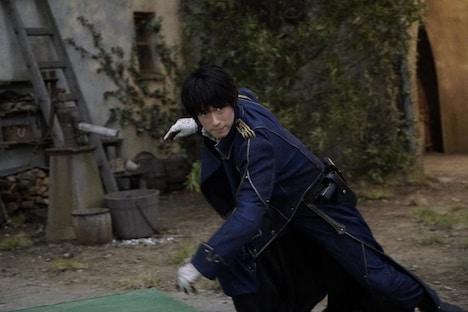 「鋼の錬金術師」メイキングカット。マスタング役のディーン・フジオカ。