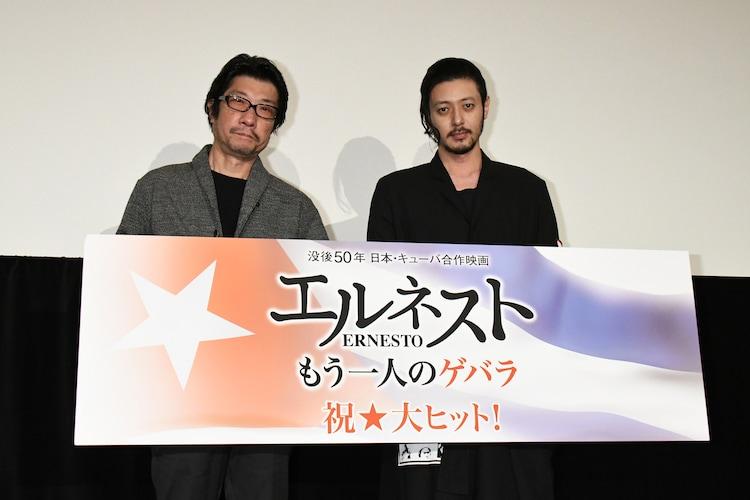 「エルネスト」舞台挨拶の様子。左から阪本順治、オダギリジョー。