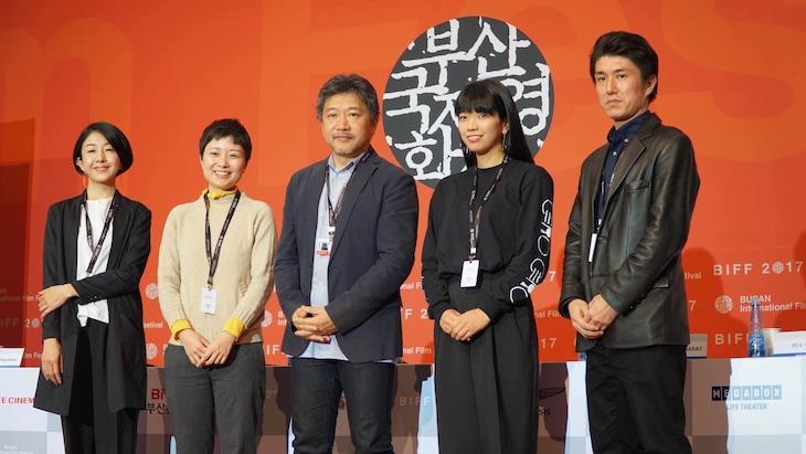 「十年 日本(仮)」製作発表会見の様子。左から早川千絵、津野愛、是枝裕和、藤村明世、木下雄介。