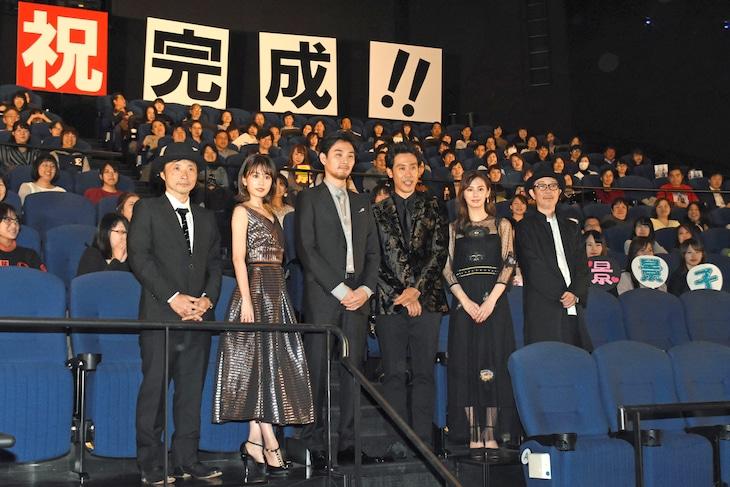 「探偵はBARにいる3」ジャパンプレミアの様子。左から吉田照幸、前田敦子、松田龍平、大泉洋、北川景子、リリー・フランキー。