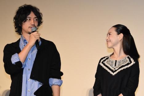 左から斎藤工、松田聖子。