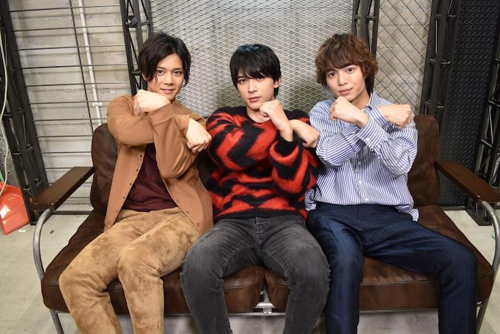 """""""卍ポーズ""""を取る3人。左から石原壮馬、吉沢亮、溝口琢矢。"""