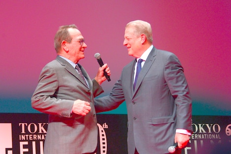 左からトミー・リー・ジョーンズ、アル・ゴア。