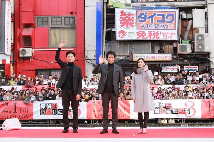 左から松田龍平、大泉洋、北川景子。