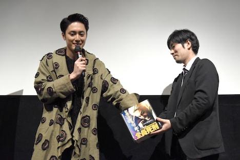 自身に花束を渡すファンを決めるため、抽選を行う間宮祥太朗(左)。