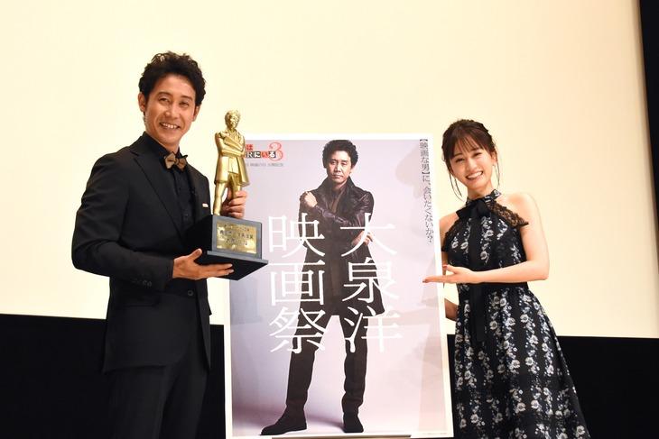 「大泉洋映画祭」舞台挨拶の様子。左から大泉洋、前田敦子。