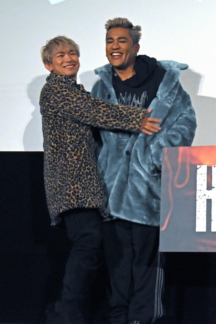 ELLYに抱きつくNAOTO(左)。